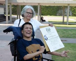 #CaraFeliz / Se titula en la UNAM joven con parálisiscerebral